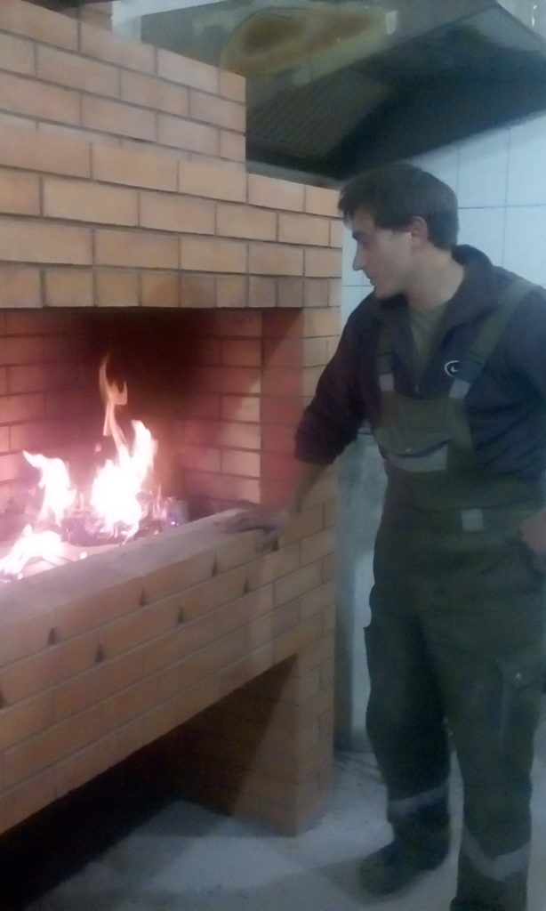 Мангал из кирпича, кладка, барбекю в жуковском, горит огонь, угли, шашлык, печник, помещение