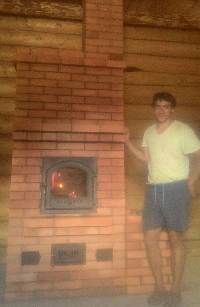 Печник, услуги печника в Ногинске, каминопечь, печь-камин, каминная печная дверца, в топке горит огонь