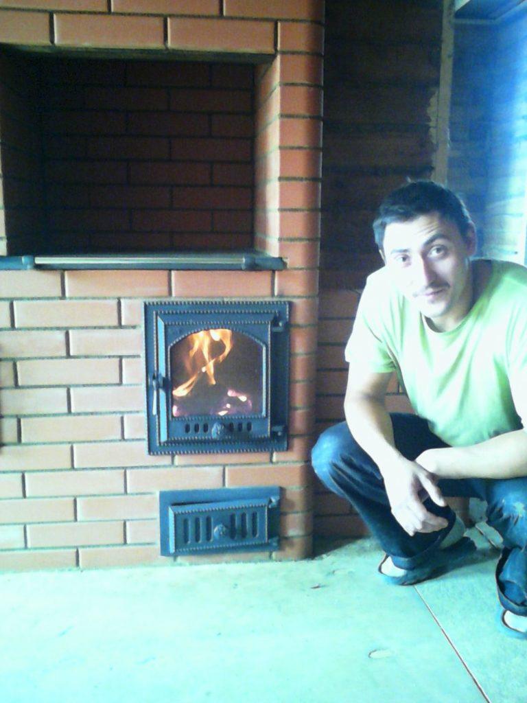мастер печник видное, печь шведка, печь с плитой SVT, LODE кирпич, горит огонь в топке печи, финская печная дверца svt