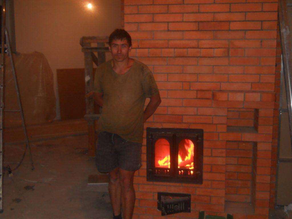Печник, дмитров, печь-камин, горят дрова в топке печи, финская каминная дверца,