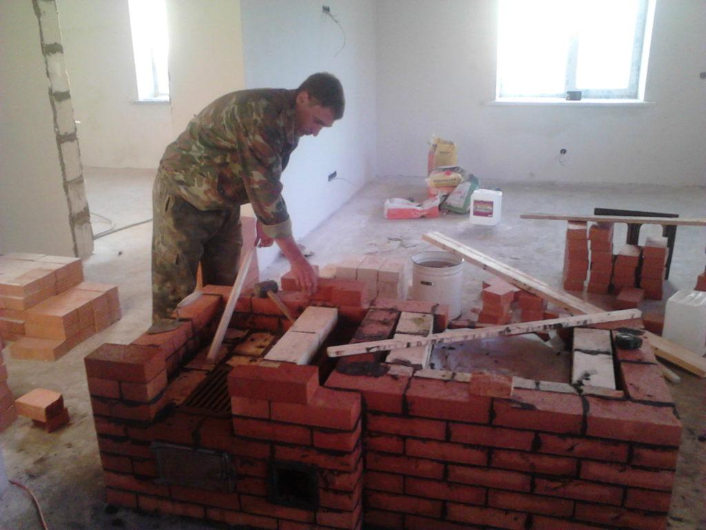 Кладка печи, камина, печник за работой, строительство печи, кладка печных каналов