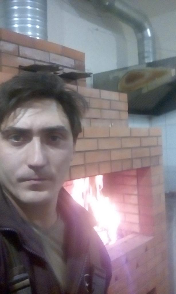Печник, барбекю, мангал, услуги, горит огонь, угли для шашлыка, помещение ресторана